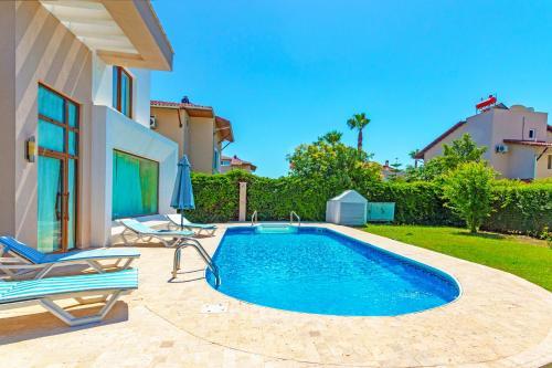 The swimming pool at or near Paradise Town Villa Daisy