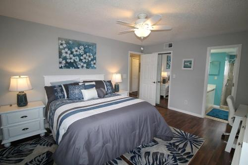 A bed or beds in a room at Beautiful Condo