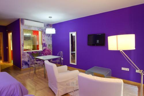 A television and/or entertainment center at Optima Capitolio Apartamentos Turísticos