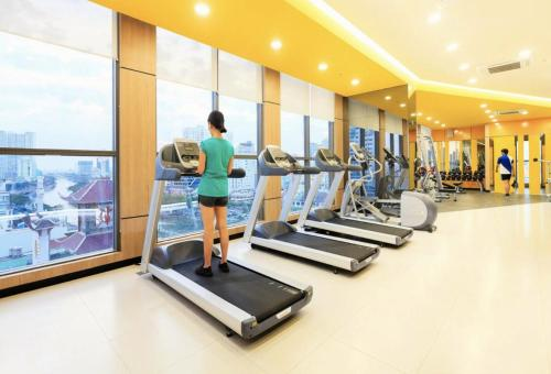 The fitness center and/or fitness facilities at Linh Tran - Rivergate Apartments Free Infinity Pool & GYM