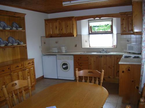 A kitchen or kitchenette at Riverbank Cottages