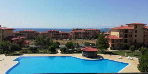 Изглед към басейн в Private Apartment in Magic Dreams или наблизо