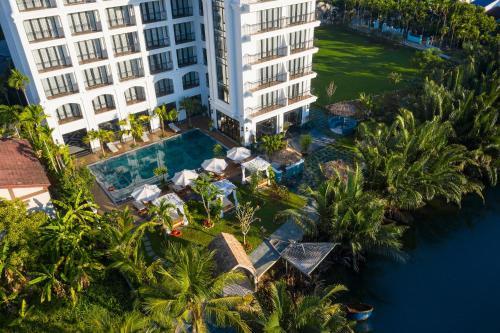 Shining Riverside Hotel & Spa