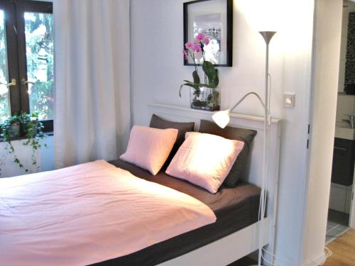 A bed or beds in a room at Hanna Apartment