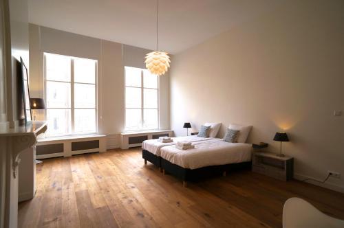 Een bed of bedden in een kamer bij Stayci Serviced Apartments Luther Deluxe
