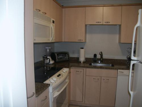 A kitchen or kitchenette at Charlesview Suites Back Bay