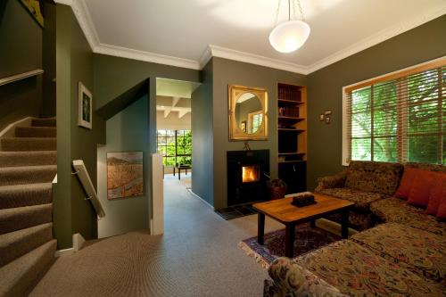 A seating area at Lake Cottage