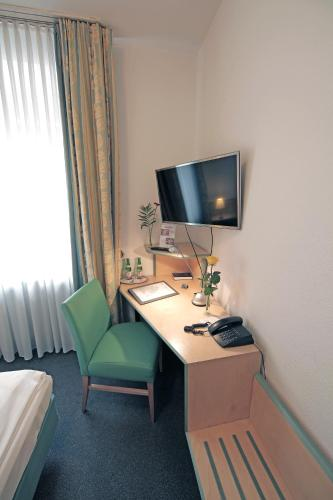 A television and/or entertainment centre at Hotel am Hofgarten