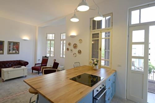 A kitchen or kitchenette at Ben U Apartments