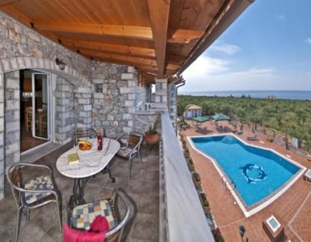 Uitzicht op het zwembad bij Amalia Apartments of in de buurt