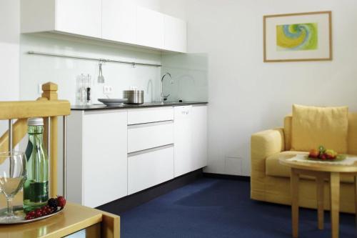 A kitchen or kitchenette at Apartment-Hotel Schaffenrath