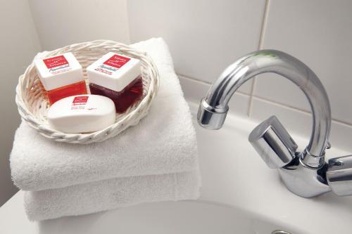A bathroom at Séjours & Affaires Toulouse de Brienne