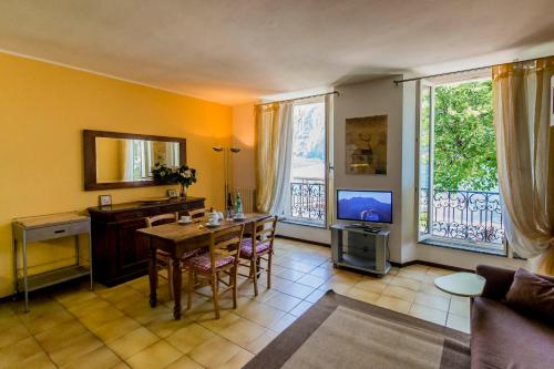 A television and/or entertainment center at Le Residenze Del Conte Agudio
