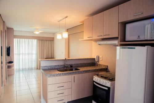 A kitchen or kitchenette at Beach Class Fortaleza By Nobile - Long Stay