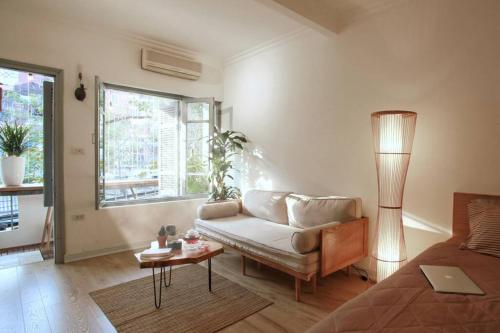 Le Cadre-BALCONY FLAT, 30s walk to Old Quarters!!