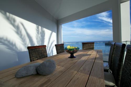 Un balcón o terraza de The Docks Apartments