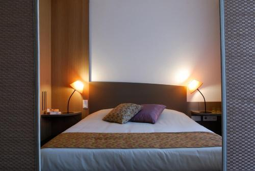 A bed or beds in a room at Aparthotel Adagio Bordeaux Centre Gambetta