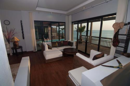 A seating area at Penn Sunset Villa 10 with Shared Pool