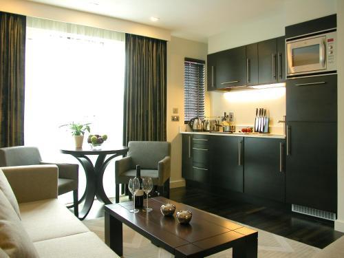 Una cocina o kitchenette en Atelier Apartments by BridgeStreet