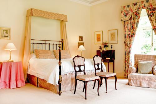A bed or beds in a room at Mornington House