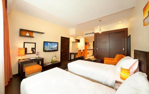 Een bed of bedden in een kamer bij Marina View Deluxe Hotel Apartment