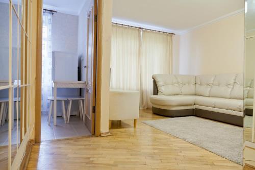 A seating area at KvartiraSvobodna - Apartment at Bolshoy Kondratyevskiy