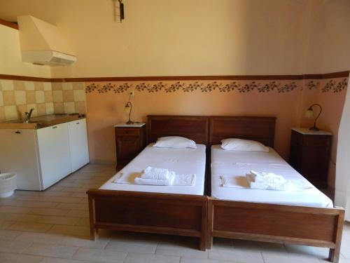 Un pat sau paturi într-o cameră la Ktima Holoway Apartments