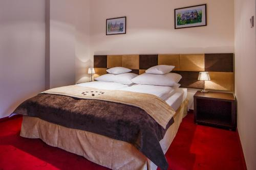 A bed or beds in a room at Boutique Hotel's II