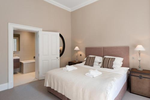 A bed or beds in a room at Destiny Scotland - Q-Residence