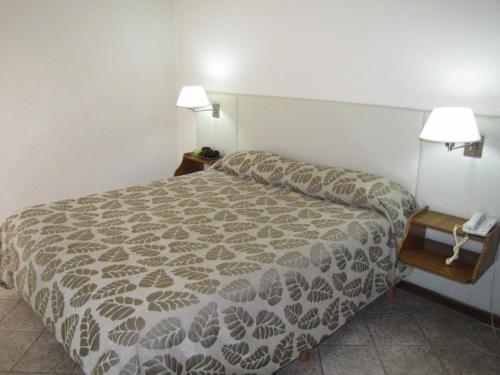 Una cama o camas en una habitación de Tunkelén Apart Hotel