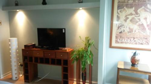 Una televisión o centro de entretenimiento en Apartop