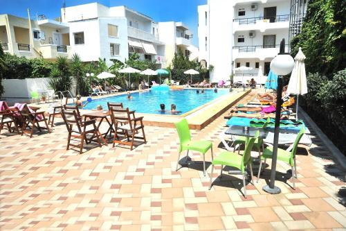 Het zwembad bij of vlak bij Santa Marina Hotel Apartments