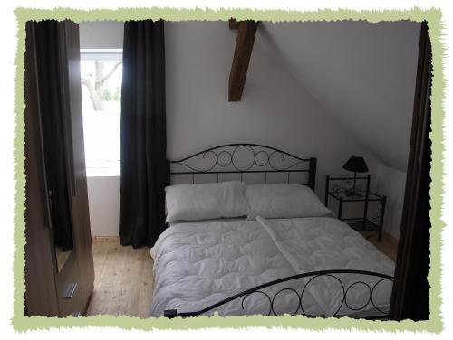 Ein Bett oder Betten in einem Zimmer der Unterkunft Ferienwohnung zum Bernerhof