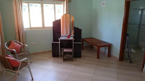 Una televisión o centro de entretenimiento en Villa Bedier Self-catering Apartments