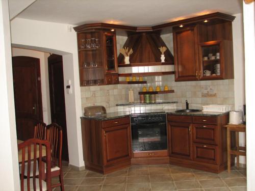 A kitchen or kitchenette at Hajdu Apartman 1.