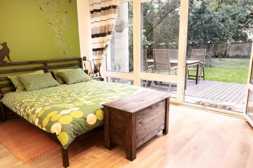 A bed or beds in a room at Lovely Garden Flat near Royal Park