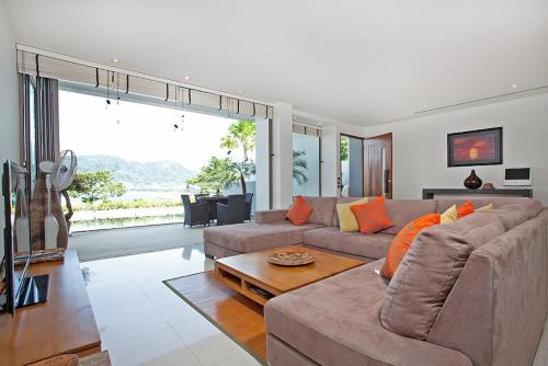 A seating area at Seductive Sunset Villa Patong A1