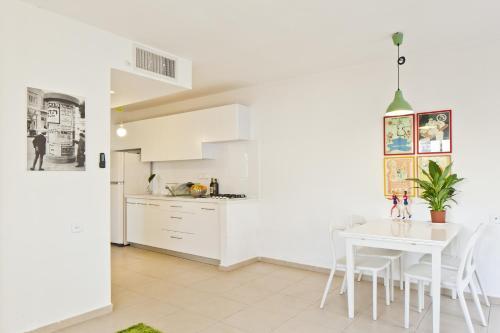 A kitchen or kitchenette at elPilar Florentin Apartment