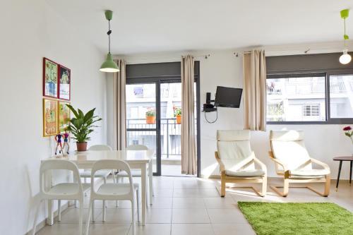 A seating area at elPilar Florentin Apartment