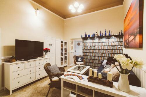 A television and/or entertainment centre at Grand Apartment Danube 5bdr