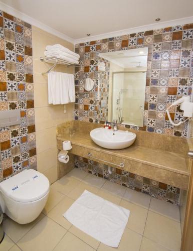 Ванная комната в Blue Wave Suite Hotel