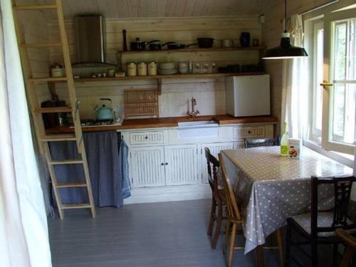 A kitchen or kitchenette at Little Mistletoe