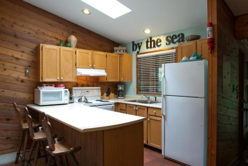 A kitchen or kitchenette at Seal Beach Cottage