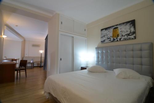 Een bed of bedden in een kamer bij Duas Torres Hotel