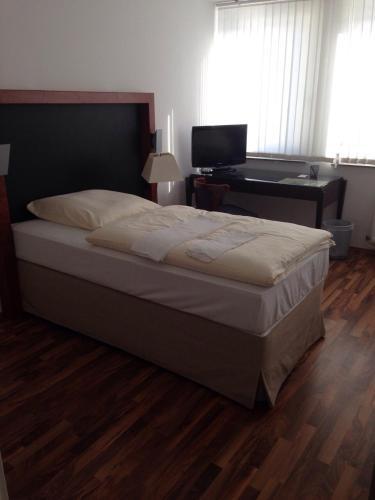 Ein Bett oder Betten in einem Zimmer der Unterkunft Porschepension