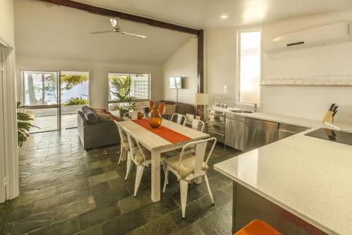 A restaurant or other place to eat at Drift Beach House Getaway