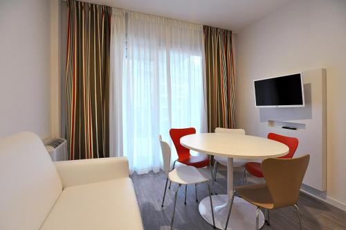 A television and/or entertainment center at BB Hotels Aparthotel Arcimboldi