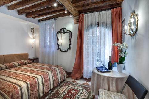 A bed or beds in a room at Nice Venice Apartments in San Marco