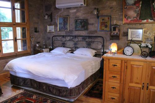 A bed or beds in a room at Stone House with Garden in Cunda/Ayvalik