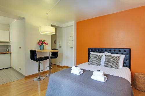 A bed or beds in a room at Short Stay Group Museum View Serviced Apartments